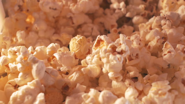 vídeos de stock e filmes b-roll de mão cheia pipoca - comida pronta