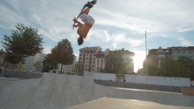 scooter rider i skatepark slowmotion 4k - skatepark bildbanksvideor och videomaterial från bakom kulisserna