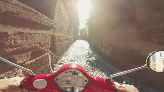vídeos de stock e filmes b-roll de pov scooter riding in italy: on the motorbike in a narrow alley - moto