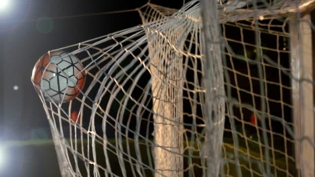 vídeos y material grabado en eventos de stock de gol con balón de fútbol / futbol en red - super slow motion - meta