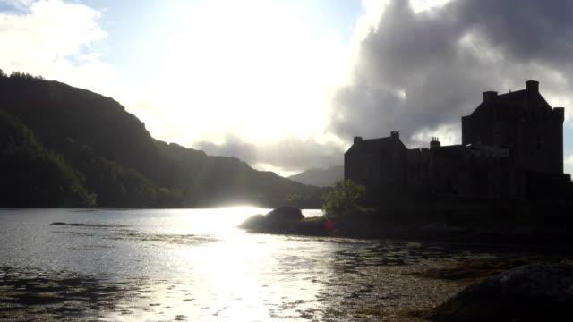 vídeos de stock, filmes e b-roll de castelo escocês no lago ao pôr do sol - castelo