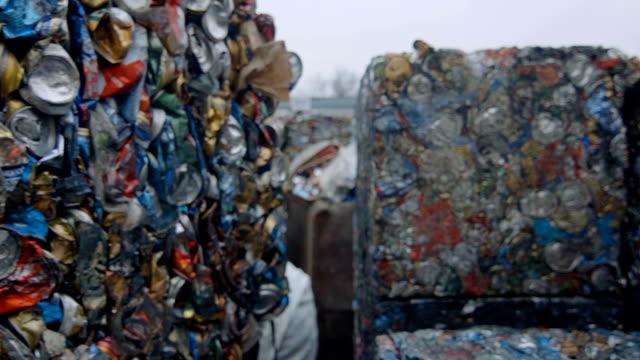 schrott metall blechdosen in komprimierter blöcke - aluminium stock-videos und b-roll-filmmaterial