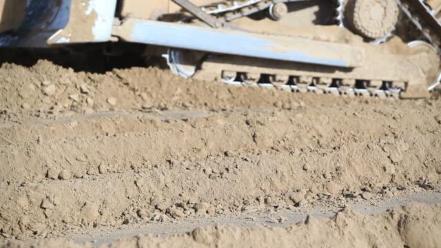 Eiskratzer und Bulldozer bewegen Erde auf Baustelle – Video