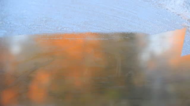 соскабливание льду - иней замёрзшая вода стоковые видео и кадры b-roll