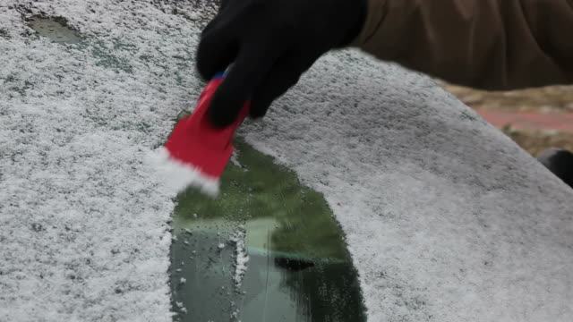 vidéos et rushes de racler neige de pare-brise - pare brise