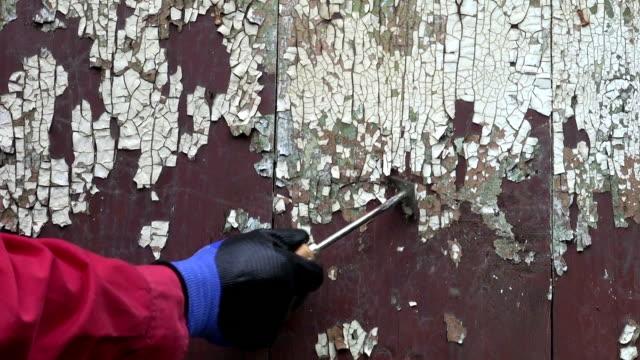 vídeos de stock, filmes e b-roll de desmantelamento antigo rachado tinta de porta de madeira - descascado
