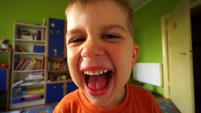 vídeos de stock e filmes b-roll de screaming and yelling boy - crianças todas diferentes
