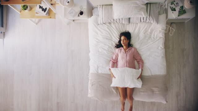 vídeos y material grabado en eventos de stock de gritar en las almohadas ayuda con el estrés - almohada