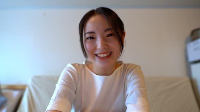 ラップトップ上の母親とビデオチャットをしている美しいアジアの女性の画面。画面に貼り付ける画像。 - 人里離れた点の映像素材/bロール
