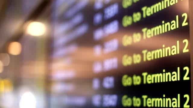 screen with flight information - табло вылетов и прилётов стоковые видео и кадры b-roll