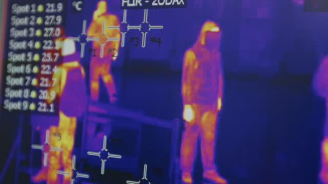 stockvideo's en b-roll-footage met screening geïnfecteerde passagiers door thermografische, camera in luchthavens. coronavirus 2020-ncov. thermische beeldvorming ziektebestrijding - corona scherm