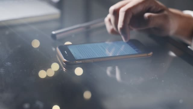 website auf smarthphone scrollen - zahlentastatur stock-videos und b-roll-filmmaterial
