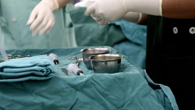 scrub hemşire cerrahi aletler işlemi için hazırlama - gazlı bez stok videoları ve detay görüntü çekimi