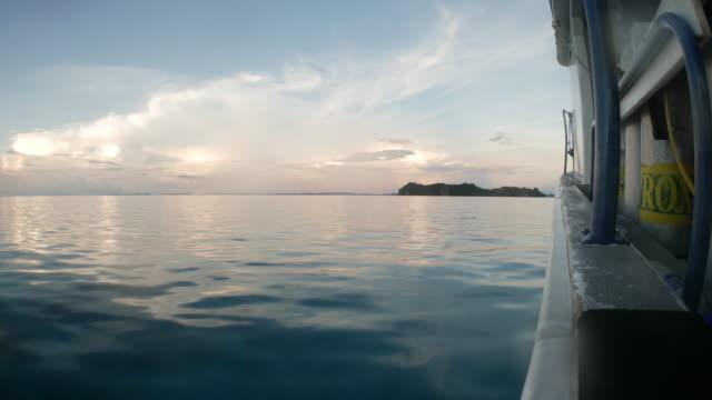vídeos y material grabado en eventos de stock de barco de buceo en la superficie del mar - palaos