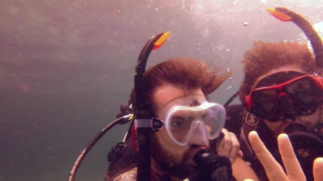 vídeos y material grabado en eventos de stock de los amigos del buceo son los mejores amigos - buceo con equipo