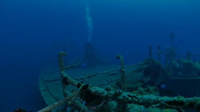 подводным плаванием возьмите лодку руля (4k) бога кораблекрушение, bali - кораблекрушение стоковые видео и кадры b-roll