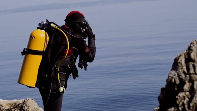 水肺潛水夫準備潛水股票視頻 - 氧氣筒 個影片檔及 b 捲影像