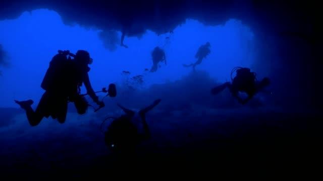 vídeos y material grabado en eventos de stock de los buceadores dentro de la enorme cueva submarina, palau - micronesia