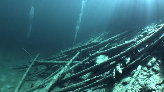 vídeos de stock, filmes e b-roll de mergulho em fernsteinsee montanha lago subaquática tirol na áustria. - tyrol state austria