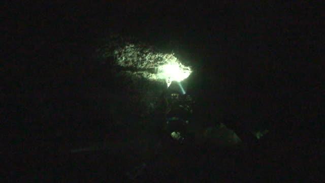 vidéos et rushes de scubadiver explore sous water cave - spéléologie