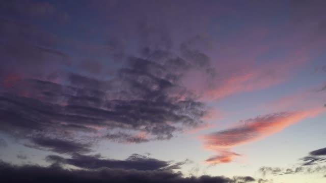 Scudding wolken in de schemering. video