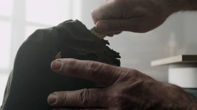 bildhauer schafft eine tonskulptur - schnitzen stock-videos und b-roll-filmmaterial