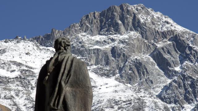 Skulptur von anonymous vor Schnee bedeckt oben auf dem Berg – Video
