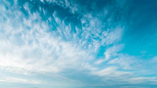 青空白雲明るく澄んだ風景。風景タイムラプスモーションふわふわ白い雲。4k空のタイムラプス活気に満ちた風景の自然の雲並み。 - 空点の映像素材/bロール