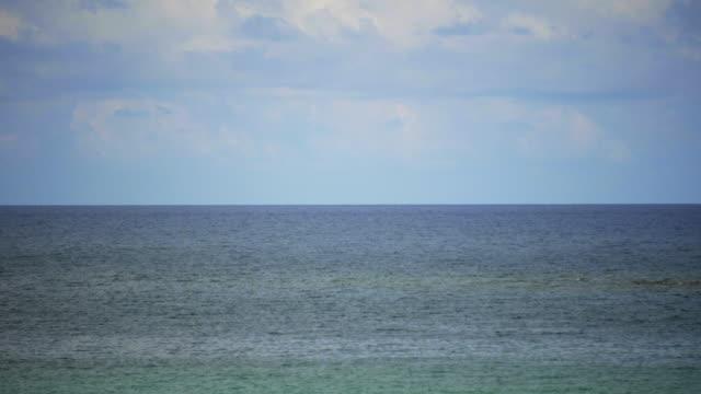 vídeos de stock, filmes e b-roll de mar e céu azul - esmeralda