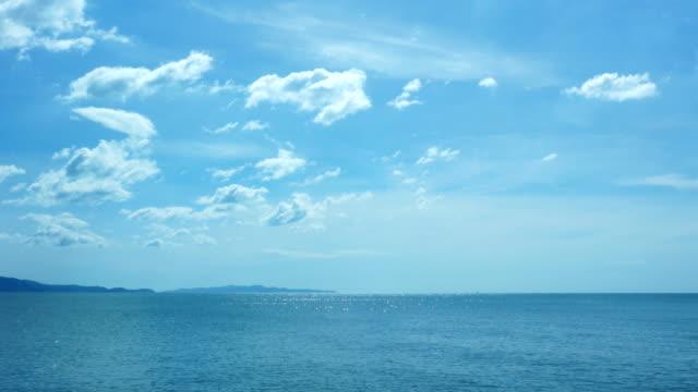 vídeos de stock, filmes e b-roll de mar e céu azul com o reflexo da água. - céu claro