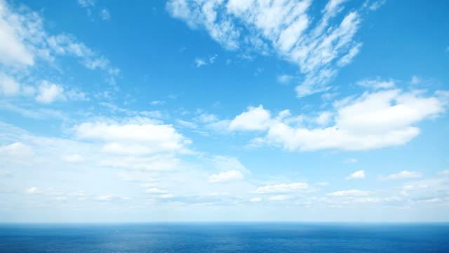 vídeos de stock e filmes b-roll de mar e céu - linha do horizonte sobre água