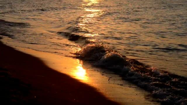 海、穏やかな波、砂のビーチ、サンセット - こっそり点の映像素材/bロール