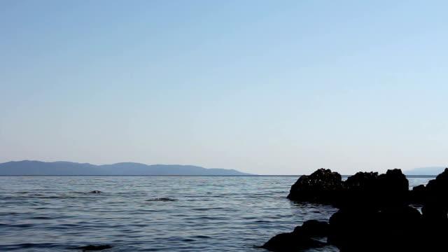 vídeos de stock e filmes b-roll de sea erosion of rugged cliffs on rocky coastline - montanha costeira