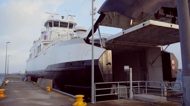 桟橋の港にオープンゲートが立っているシーフェリー - デッキ点の映像素材/bロール