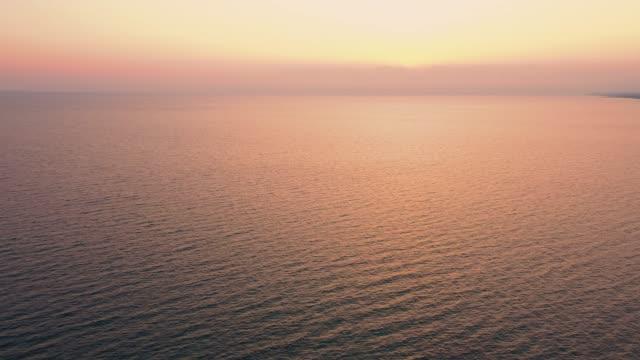 морской пейзаж с закатом. - спокойная вода стоковые видео и кадры b-roll