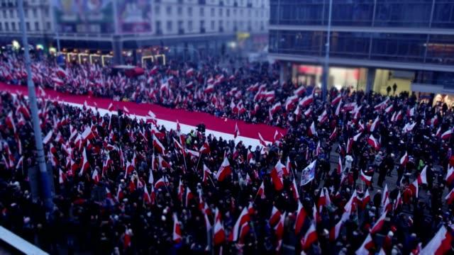 meer der polnischen flaggen auf unabhängigkeitstag marsch - polnische kultur stock-videos und b-roll-filmmaterial