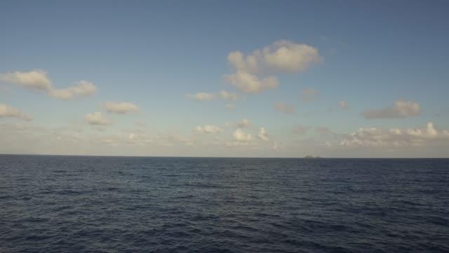 vídeos de stock e filmes b-roll de sea or indian ocean and blue sky - linha do horizonte sobre água