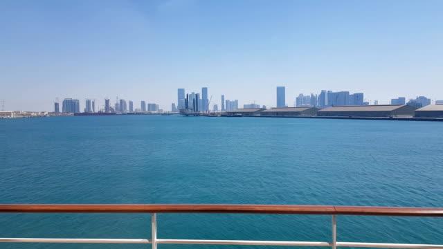 vídeos y material grabado en eventos de stock de puerto marítimo y vista de la ciudad con rascacielos en el horizonte. puerto marítimo con barcos amarrados. - amarrado