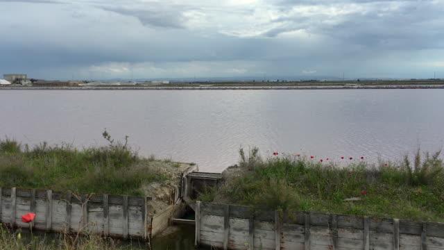 vídeos de stock e filmes b-roll de sea salt industry, manufacturing coastal panoramic view, puglia, itally - barragem do roxo