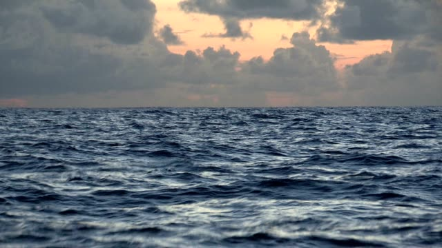 sjösjuka. havets vågor på en båt på öppet hav - vattenlandskap bildbanksvideor och videomaterial från bakom kulisserna
