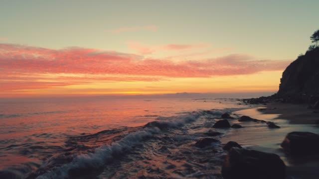 havs sol uppgång och tropisk strand. vågor tvätta sanden - high dynamic range imaging bildbanksvideor och videomaterial från bakom kulisserna