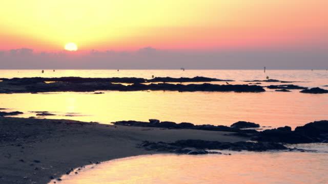 tramonto sul mare. paesaggi tranquilli - ambientazione tranquilla video stock e b–roll