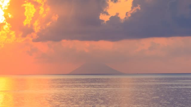 sea timelapse with view on stromboli volcano rock mountain on horizon. - video di tropea video stock e b–roll