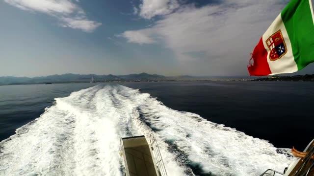 vídeos de stock e filmes b-roll de sea wake, ferry cruise to lipari, aeolian island, italian flag slow motion - transatlântico