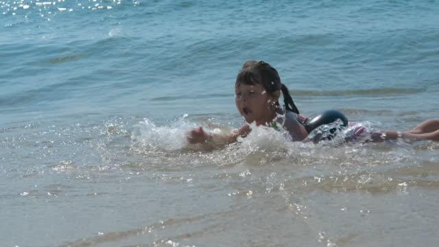 havsvatten förfaranden. - endast flickor bildbanksvideor och videomaterial från bakom kulisserna