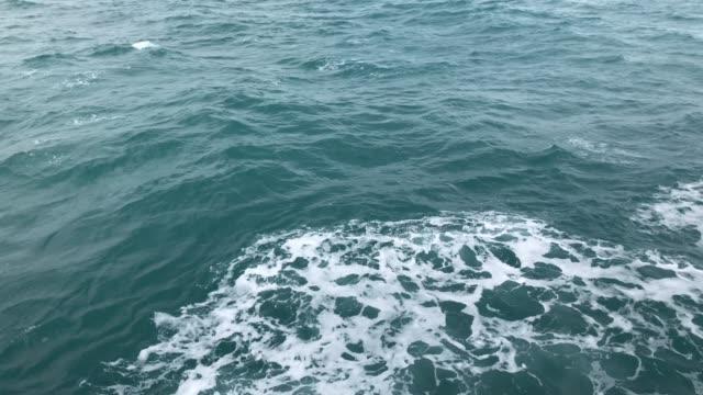 海の水は、切削水の表面の間にクルーズ船を移動させながらボートの側波します。 - 叙情的な内容点の映像素材/bロール