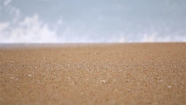 vídeos de stock e filmes b-roll de sea wave on the sand of the tropical beach. - maré