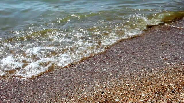 stockvideo's en b-roll-footage met zee golven op het strand - blue sky