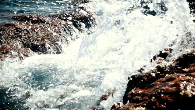 stockvideo's en b-roll-footage met zee golven op steen - rocks sea