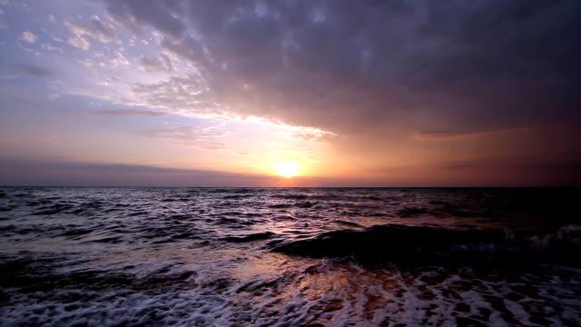 vídeos de stock e filmes b-roll de ondas do mar - linha do horizonte sobre água